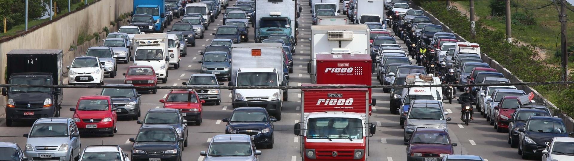 22.set.2014 - Trânsito intenso na marginal Pinheiros, na altura da ponte Cidade Universitária, na zona oeste de São Paulo. O Dia Mundial Sem Carro começou com tráfego carregado na capital paulista, com 7,8% das vias com lentidão às 7h, índice acima da média para o horário. A manhã teve trânsito intenso, com congestionamento alcançando 11,3% das vias monitoradas pela CET (Companhia de Engenharia de Tráfego) às 8h30. A marginal Pinheiros registrava quase 5 km de lentidão no sentido Castello Branco por volta das 11h