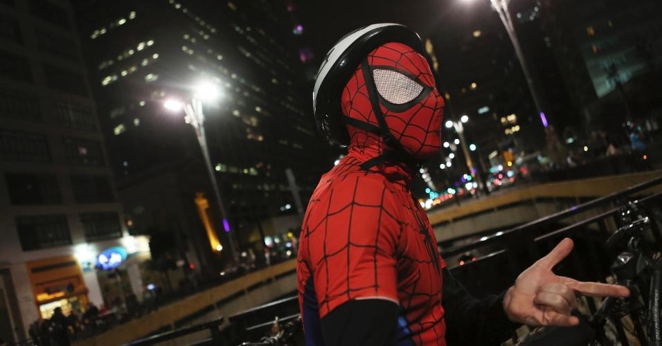 22.set.2014 - Vestido de Homem Aranha, um homem posa diante da Praça do Ciclista, na Avenida Paulista, zona central de São Paulo, nesta segunda-feira (22), no Dia Mundial sem Carro