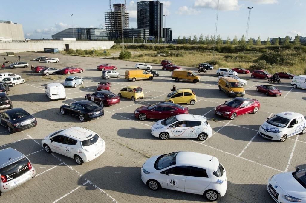22.set.2014 -Carros elétricos são colocados em pátio antes do evento