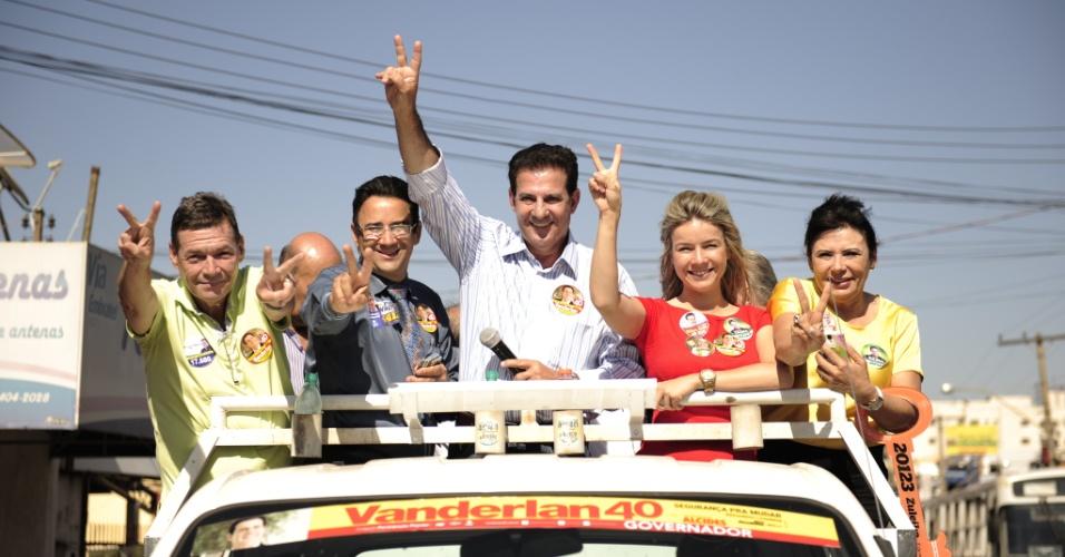 11.set.2014 - O candidato do PSB ao governo de Goiás, Vanderlan Cardoso (centro), participa de carreata em Rio Verde