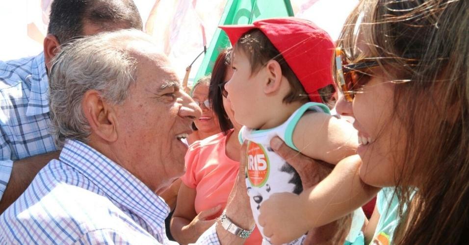 12.set.2014 - O candidato do PMDB ao governo de Goiás, Íris Rezende, abraça bebê durante ato de campanha em Caiapônia