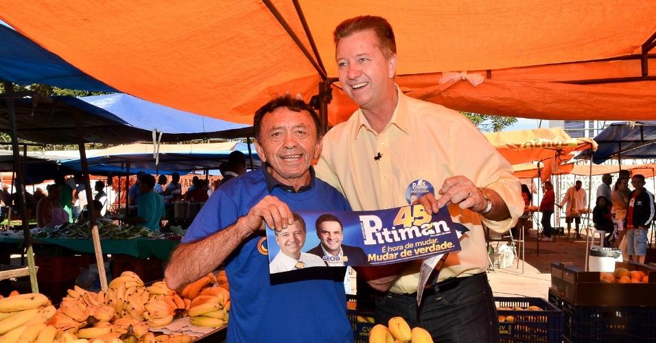 13.jul.2014 - O candidato do PSDB ao governo do Distrito Federal, Luiz Pitiman, abraça feirante durante ato de campanha