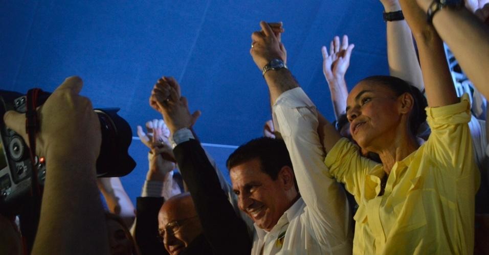 18.set.2014 - O candidato do PSB ao governo de Goiás, Vanderlan Cardoso (de branco), participa de ato de campanha junto com a candidata do partido à Presidência, Marina Silva