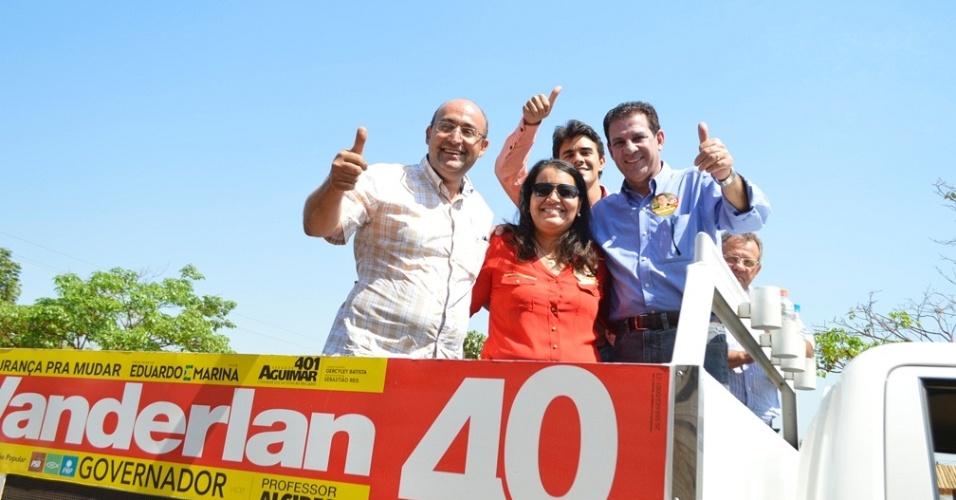 20.set.2014 - O candidato do PSB ao governo de Goiás, Vanderlan Cardoso, participa de carreata em São Miguel do Araguaia