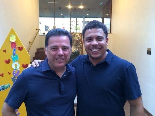 21.set.2014 - O ex-jogador Ronaldo Nazário postou foto em seu Twitter com o atual governador de Goiás, Marconi Perillo (PSDB), candidato à reeleição