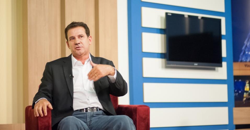 22.set.2014 - O candidato do PSB ao governo de Goiás, Vanderlan Cardoso, dá entrevista à TV Serra Dourada