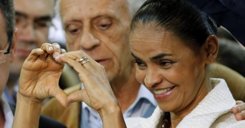23.set.2014 - A candidata do PSB à Presidência da República, Marina Silva, faz gesto de coração durante entrevista coletiva no Espaço Torres, no Jardim Botânico, em Curitiba (PR), nesta terça-feira. No evento, Marina atacou a candidata do PT à reeleição, Dilma Rousseff, e disse que ela promove uma