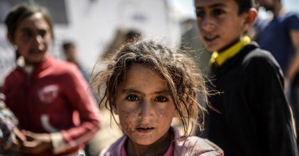 23.set.2014 - Crianças curdas cruzam fronteira entre a Síria e a Turquia na cidade de Suruc, na província de Sanliurfa. A ONU alertou que 400 mil pessoas devem tentar entrar na Turquia fugindo da violência do Estado Islâmico