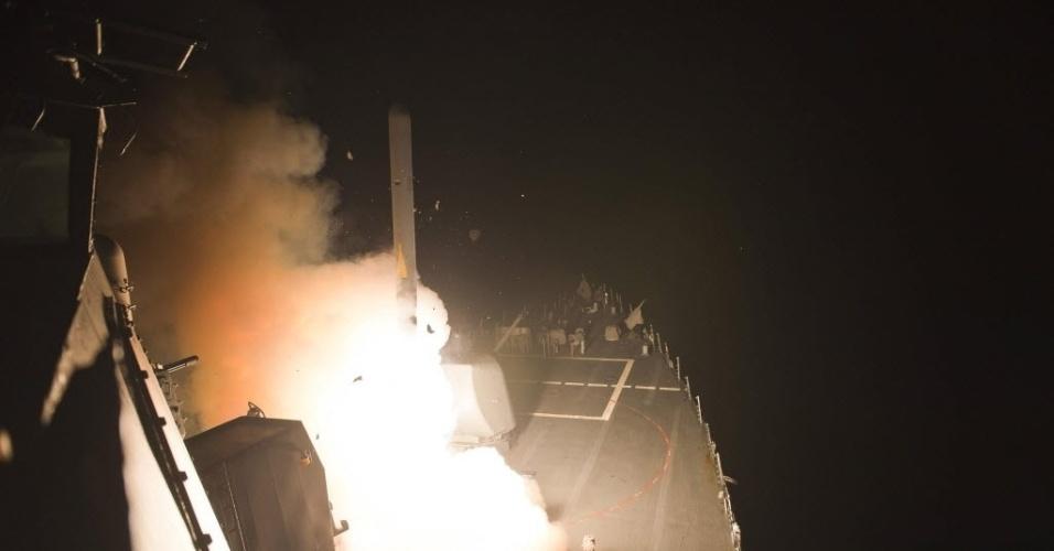 23.set.2014 - Em fotografia divulgada pela Marinha dos EUA, embarcação militar USS Arleigh Burke, localizado no Mar Vermelho, lança míssil contra alvos do Estado Islâmico na Síria.