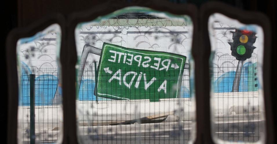 23.set.2014 - Grafiteiros do Grupo Galerio produziram mural com temática de trânsito em muro da estação Vicente de Carvalho do metrô no Rio de Janeiro. A Semana Nacional do Trânsito, organizada pelo Contran (Conselho Nacional de Trânsito), termina nesta quinta-feira (25). Neta segunda (22), Dia Mundial Sem Carro, foi encerra a Semana da Mobilidade