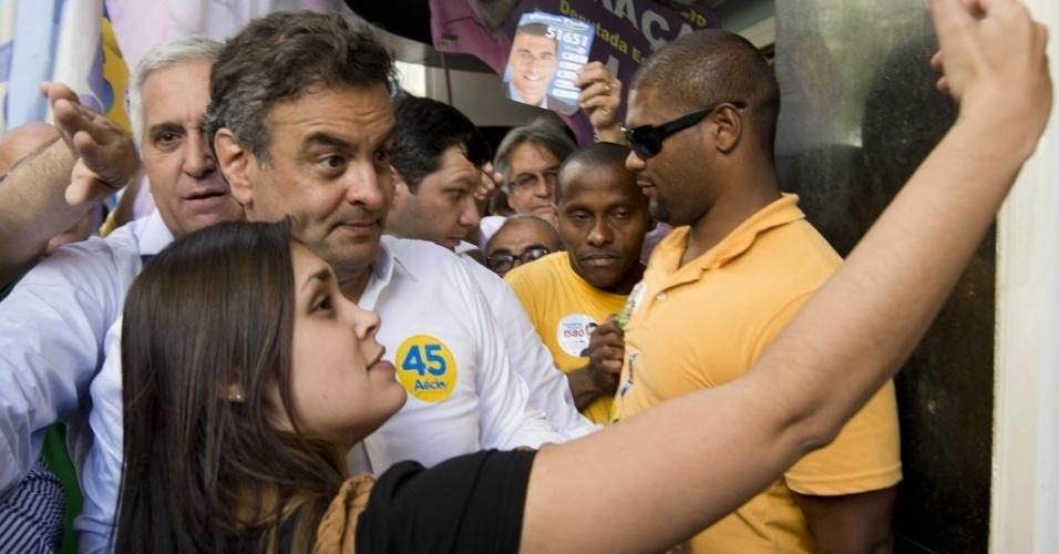 23.set.2014 - O candidato à Presidência da República, Aécio Neves (PSDB), faz pose para selfie ao lado de uma eleitora durante caminhada em Niterói, no Rio de Janeiro, nesta terça-feira. Aécio comemorou o resultado da mais recente pesquisa de intenções de voto, divulgada nesta terça-feira pela CNT/MDA, que mostrou o tucano ganhando terreno no primeiro turno e em todas as simulações de segundo turno. Os números da CNT/MDA mostraram Aécio com 17,6% das intenções de voto na simulação de primeiro turno, ante 14,7% na pesquisa anterior