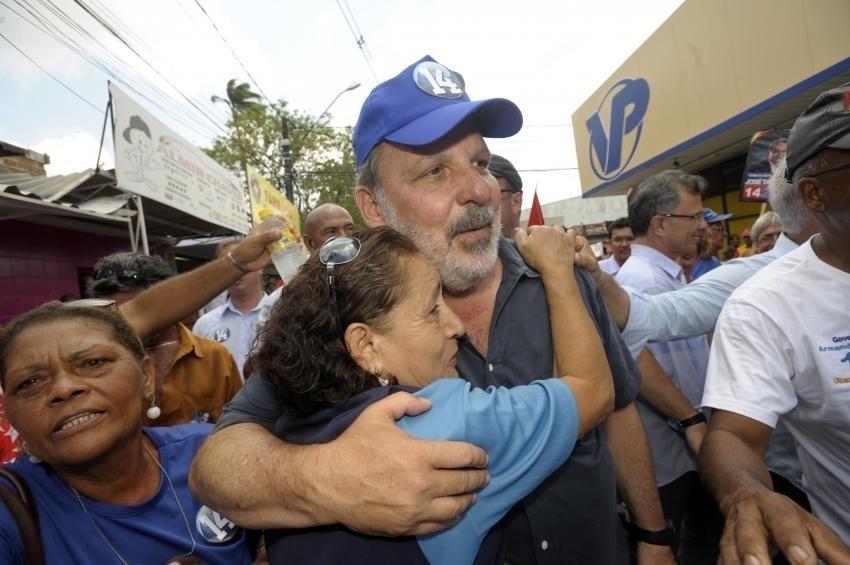 23.set.2014 - O candidato ao governo de Pernambuco Armando Monteiro (PTB) recebe abraço de eleitora durante caminhada pelo centro da cidade de Paulista, nesta terça-feira