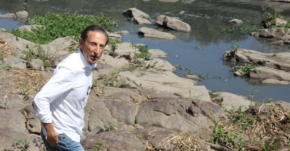 23.set.2014 - O candidato ao governo do Estado de São Paulo pelo PMDB, Paulo Skaf, visita o rio Piracicaba, no município de Piracicaba (SP). Skaf verificou as condições do rio, que atingiu a menor vazão dos últimos 30 anos