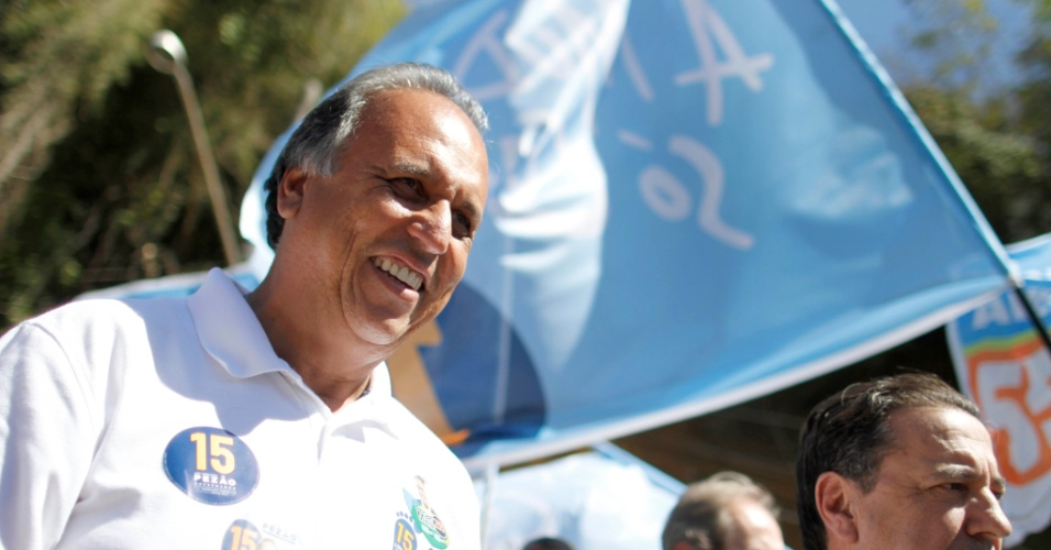 23.set.2014 - O candidato ao governo do Rio de Janeiro Luiz Fernando Pezão (PMDB) conversou com eleitores durante caminhada no centro da cidade de Cantagalo. Em pesquisa eleitoral divulgada nesta terça-feira pelo Ibope, Pezão aparece com 29% das intenções de voto na disputa do governo do Rio. Em seguida, vem deputado federal Anthony Garotinho (PR), com 26%. É a primeira vez que Pezão aparece numericamente à frente de Garotinho. Mas como a margem de erro da pesquisa é de dois pontos porcentuais, para mais ou para menos, os dois estão tecnicamente empatados