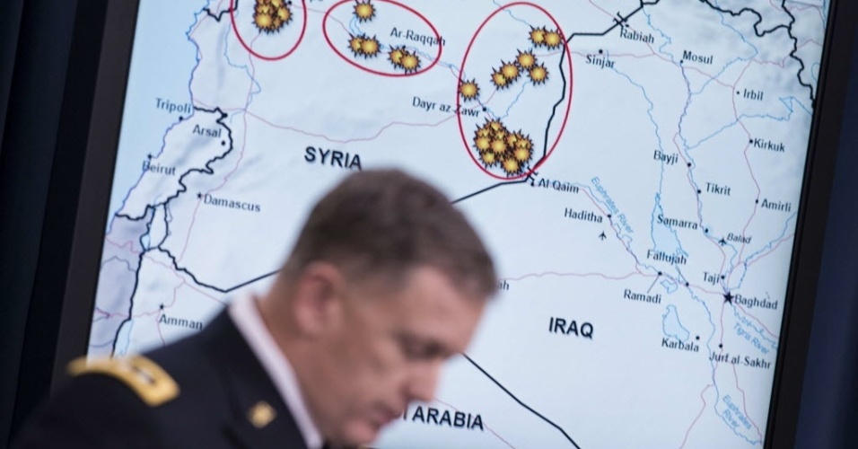 23.set.2014 - O general William C. Mayville Jr., diretor de operações dos Estados Unidos, fala sobre ataques aéreos na Síria durante reunião no Pentágono, em Washington (EUA), nesta terça-feira. Mayville informou a imprensa sobre os ataques contra militantes do Estado Islâmico na Síria