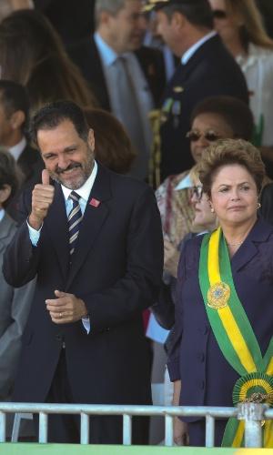 7.set.2014 - Ao lado da presidente Dilma Rousseff (PT) o governador do Distrito Federal, Agnelo Queiroz (PT), candidato à reeleição, participa de desfile cívico na Esplanada dos Ministérios