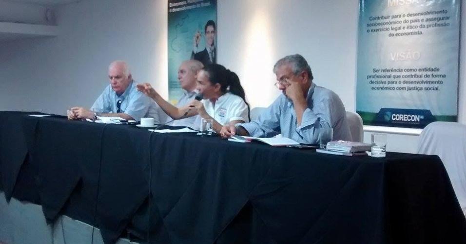 11.ago.2014 - Candidata ao Senado por Alagoas, Heloísa Helena (PSOL) fala durante sabatina com economistas organizada pela Corecon-AL e Sindicom-AL, no Maceió Mar Hotel, na capital alagoana