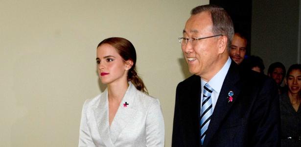 Emma Watson após seu discurso, ao lado do secretário-geral da ONU, Ban Ki-moon