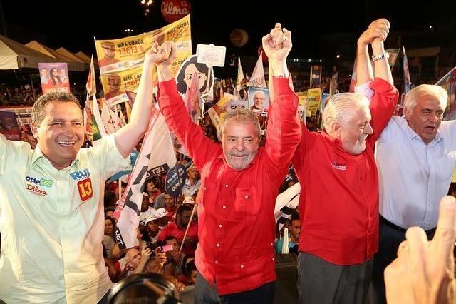 3.ago.2014 - O candidato ao governo da Bahia Rui Costa (PT) faz campanha ao lado do ex-presidente Lula, do governador Jaques Wagner e do candidato ao senado Otto Alencar (PSD)