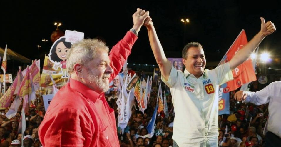 4.set.2014 - O ex-presidente Luiz Inácio Lula da Silva faz campanha com Rui Costa (PT) para o governo da Bahia na periferia de Salvador