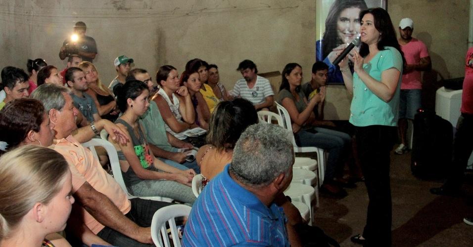 14.set.2014 - Simone Tebet, candidata do PMDB ao Senado pelo Mato Grosso do Sul, conversa com eleitores no bairro Aero Rancho, em Campo Grande