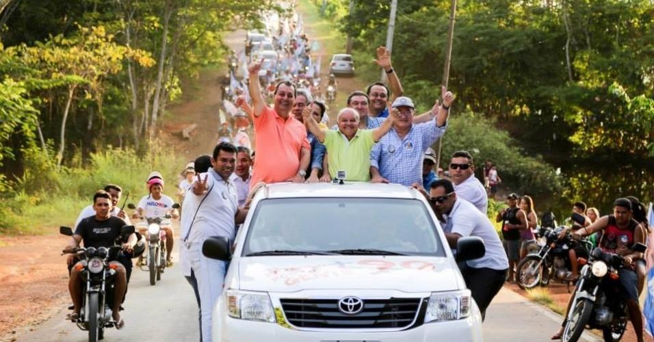 15.set.2014 - O ex-governador e candidato ao Senado pelo Amazonas Omar Aziz (esq.), do PSD, participa de carreata com José Melo (Pros), atual governador e candidato à reeleição