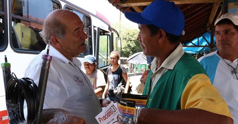 16.set.1014 - O deputado federal Francisco Praciano (PT), candidato ao Senado pelo Amazonas, conversa com comerciante na praça da Matriz em Manaus