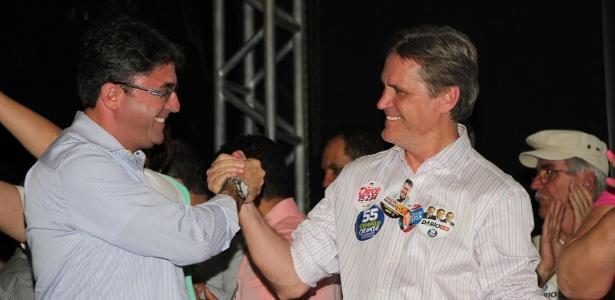 Dário Berger (dir.) cumprimenta eleitor durante sua campanha em Santa Catarina