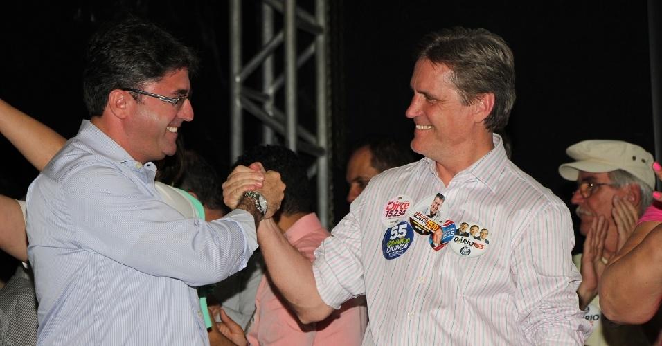 16.set.2014 - O candidato ao Senado pelo PMDB, Dário Berger, cumprimenta eleitor durante sua campanha em Santa Catarina