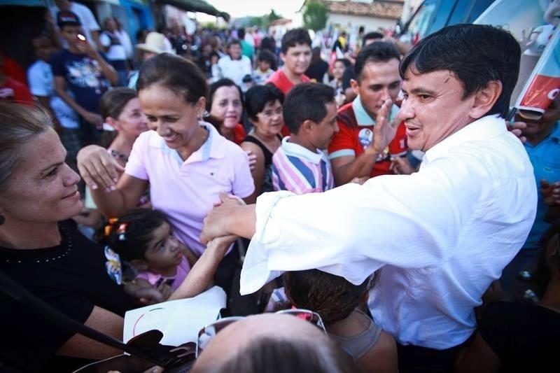 17.set.2014 - O candidato ao governo do Piauí pelo PT, Wellington Dias, cumprimenta eleitoras na cidade de São Miguel da Baixa Grande