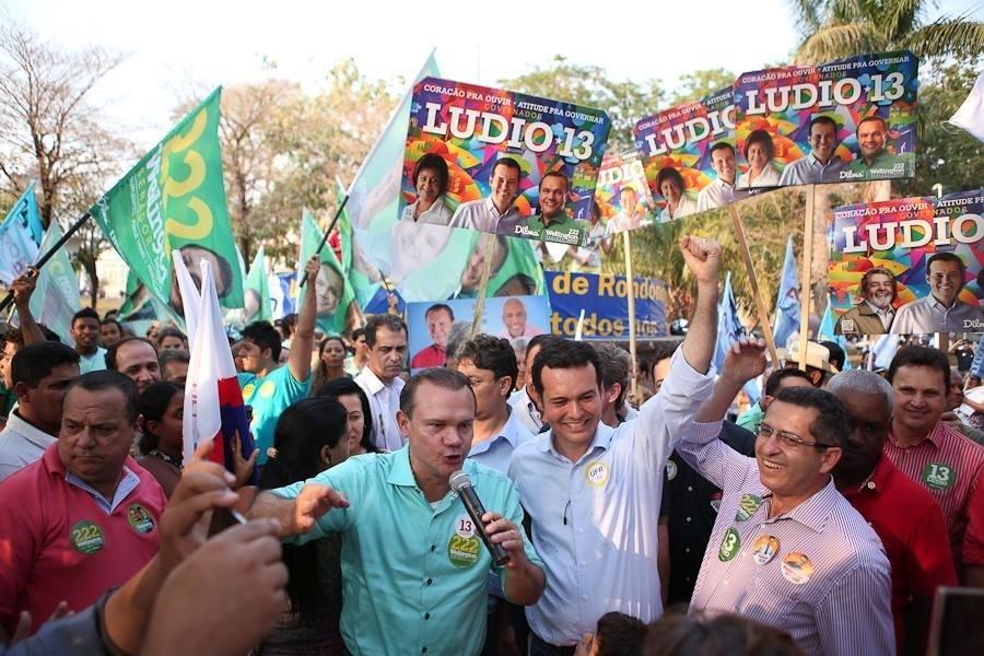 17.set.2014 - Wellington Fagundes, candidato do PR ao Senado em Mato Grosso, discursa em caminhada em Rondonópolis ao lado de Lúdio Cabral (PT), candidato ao governo do Estado