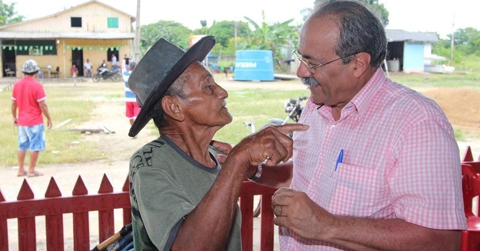 18.ago.2014 - O candidato à reeleição ao governo de Roraima pelo PSB, Chico Rodrigues (dir.), conversa com morador durante campanha na capital Boa Vista