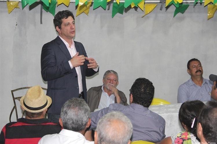 18.jun.2014 - O candidato do PT ao Senado por Sergipe, Rogério Carvalho (em pé), conversa com apoiadores em Aracaju. Ele fez a campanha mais cara dentre os concorrentes a uma vaga pelo Estado: gastou R$ 803 mil, mais do que o dobro desembolsado por sua maior rival, Maria do Carmo (DEM)