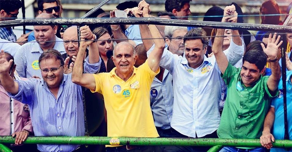 18.set.2014 - O candidato ao Senado Geddel Vieira Lima (PMDB) (esq.) faz campanha ao lado do candidato ao governo Paulo Souto (DEM) (centro) e do candidato à presidência Aécio Neves (PSDB) (dir.)