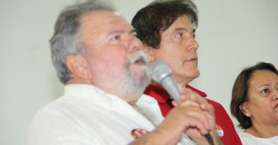 18.set.2014 - O candidato do PSD ao governo do Rio Grande do Norte, Robinson Faria (segundo da foto), participa de comício em Mossoró, ao lado da candidata do PT-AL ao Senado, Fátima Bezerra