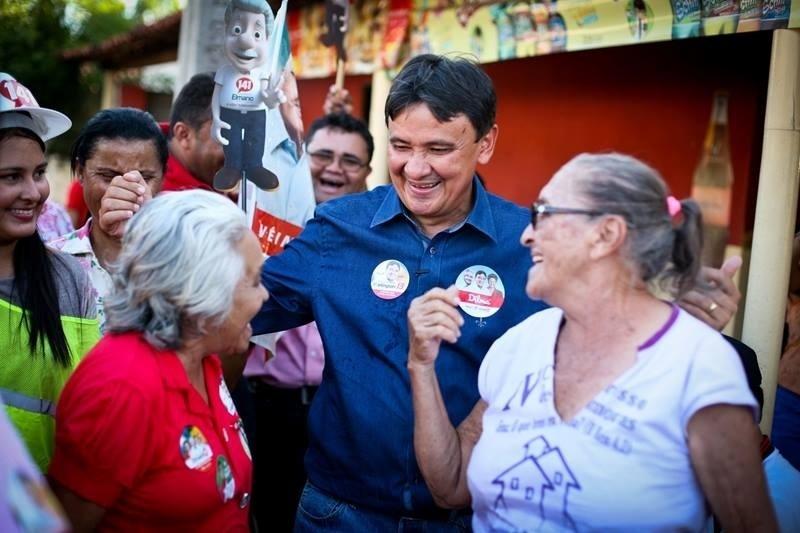 18.set.2014 - Wellington Dias, candidato do PT ao governo do Piauí, faz campanha na cidade de Cocal da Telha