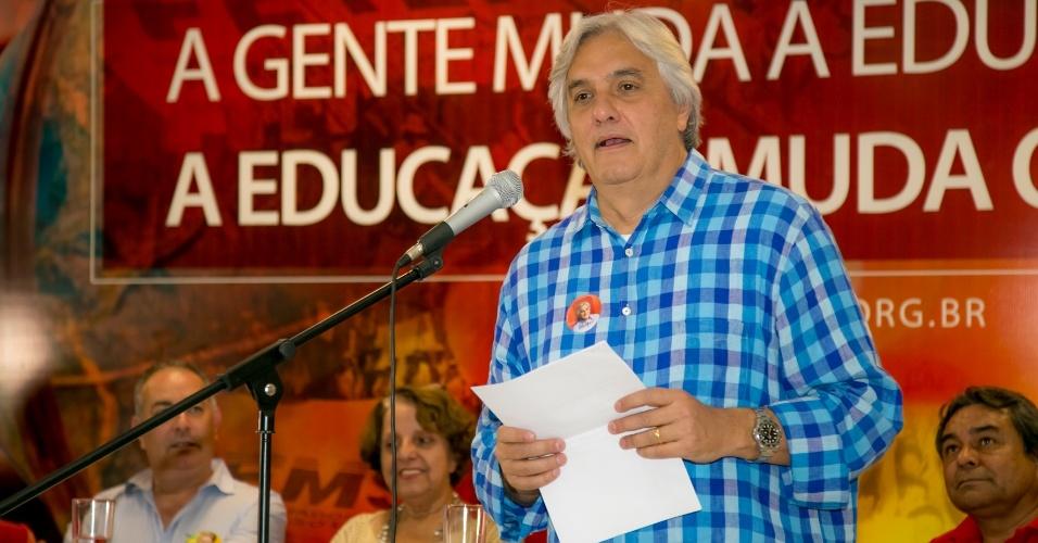 19.ago.2014 - Candidato do PT ao governo do Mato Grosso do Sul, Delcídio do Amaral, discursa em evento da Fetems (Fundação dos Trabalhadores em Educação do Mato Grosso do Sul)