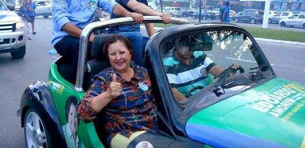 A senadora reeleita Maria do Carmo (DEM), 73, saúda eleitores durante carreata