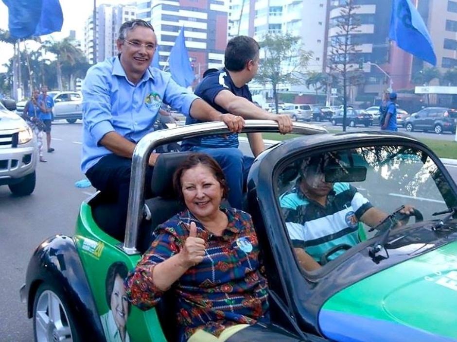 19.set.2014 - A candidata do DEM ao Senado por Sergipe, Maria do Carmo, participa de carreata na avenida Beira Mar, em Aracaju. Ela lidera com folga as últimas pesquisas de intenção de votos