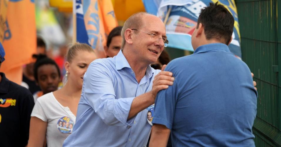 19.set.2014 - O candidato ao governo de Santa Catarina pelo PSDB, Paulo Bauer, cumprimenta eleitor durante caminhada em busca de votos