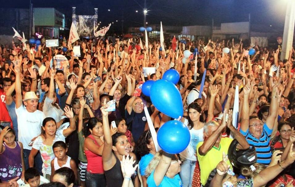 1º.set.2014 - Apoiadores de Neudo Campos (PP), candidato ao governado de Roraima, participam de comício no dia do aniversário do político, no bairro de Santa Luzia, na capital Boa Vista