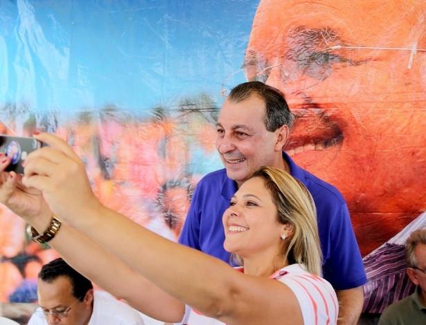 1º.set.2014 - O ex-governador Omar Aziz, do PSD, candidato ao Senado pelo Amazonas, tira ''selfie'' (autorretrato) com apoiadora