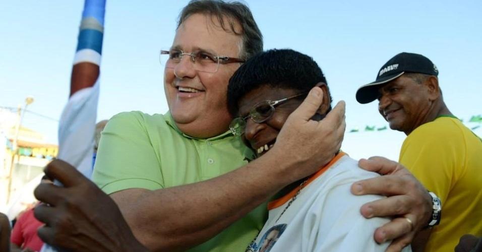 20.jul.2014 - Geddel Vieira Lima (PMDB) abraça eleitora durante campanha ao senado no interior da Bahia