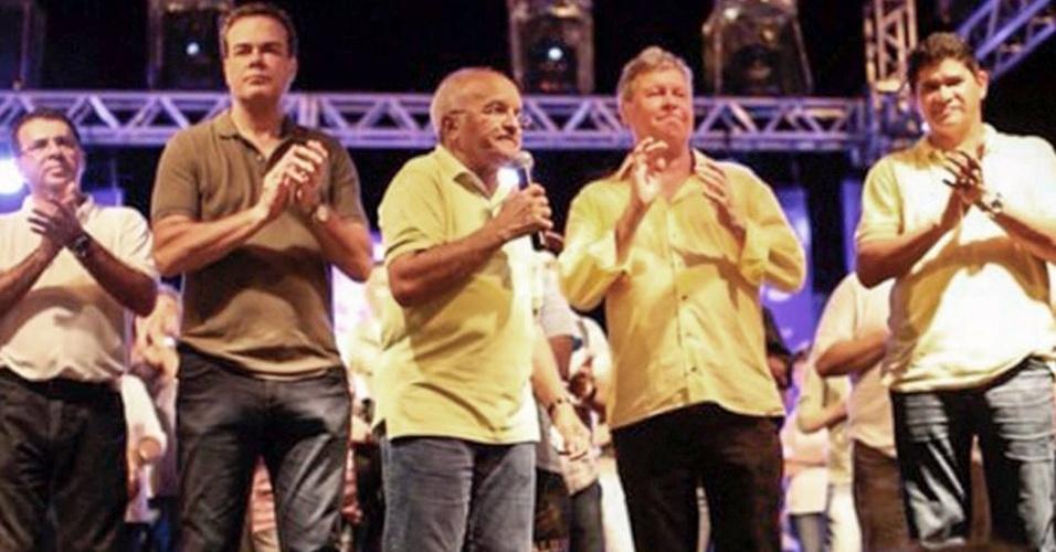 20.jul.2014 - José Melo (Pros), atual governador do Amazonas e candidato à reeleição, participa de comício na cidade de Parintins, a 369 km de Manaus