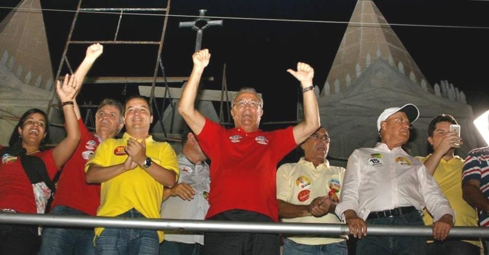 20.set.2014 - O candidato do PMDB ao governo de Sergipe, Jackson Barreto (de vermelho ao centro), saúda eleitores durante comício em Monte Alegre