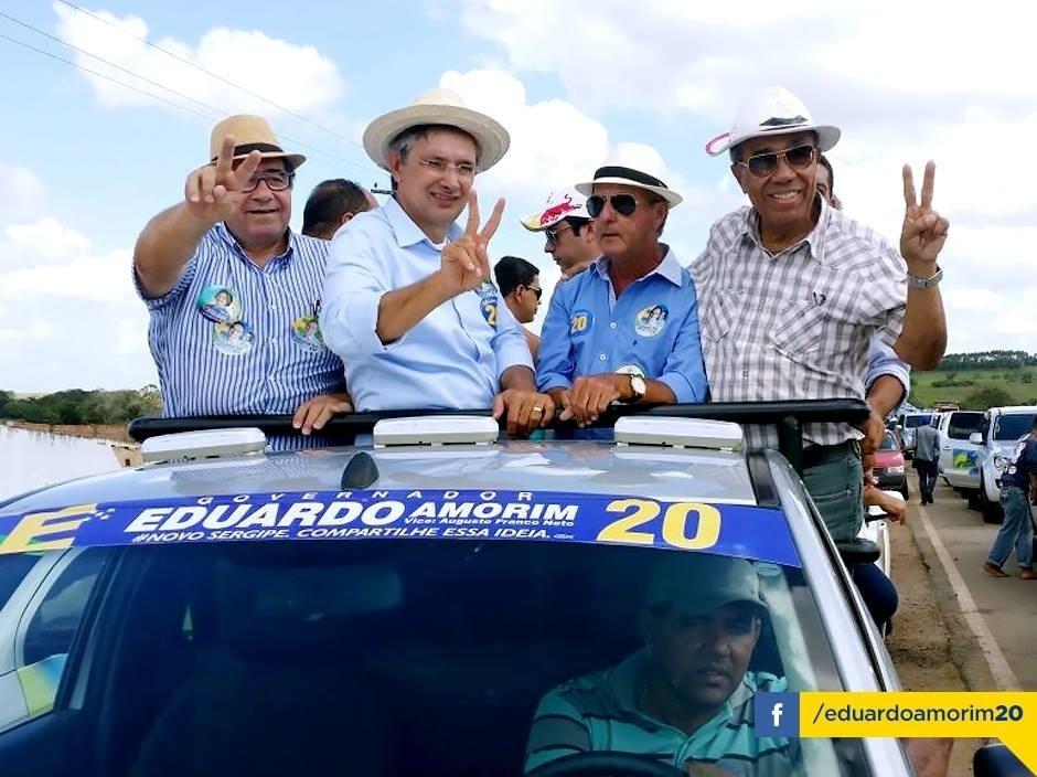20.set.2014 - O candidato do PSC ao governo de Sergipe, Eduardo Amorim (o segundo da esq. para a dir.), participa de carreata na cidade de Riachão do Dantas