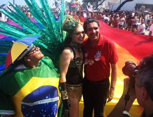 21.set.2014 - João Paulo, candidato petista ao Senado em Pernambuco, participou da 13ª Parada da Diversidade do Recife, que aconteceu na avenida Boa Viagem. Ele defendeu a necessidade da luta contra a homofobia