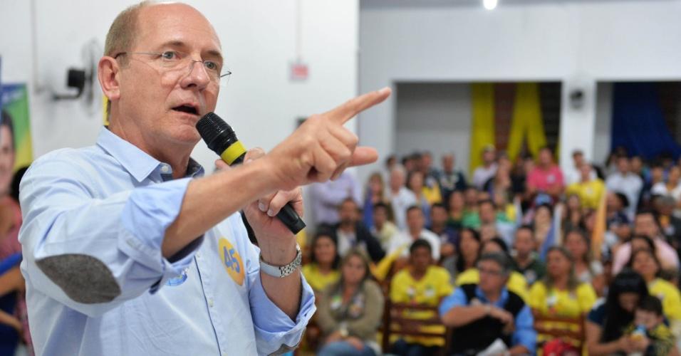 21.set.2014 - O candidato ao governo de Santa Catarina pelo PSDB, Paulo Bauer, discursa para militantes durante campanha eleitoral