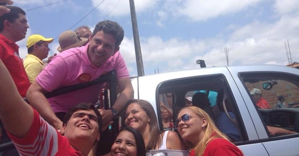21.set.2014 - O candidato de PT ao Senado por Sergipe, Rogério Carvalho (de rosa), posa para fotos com eleitores em Aracaju. Ele fez a campanha mais cara dentre os concorrentes a uma vaga pelo Estado: gastou R$ 803 mil, mais do que o dobro desembolsado por sua maior rival, Maria do Carmo (DEM)
