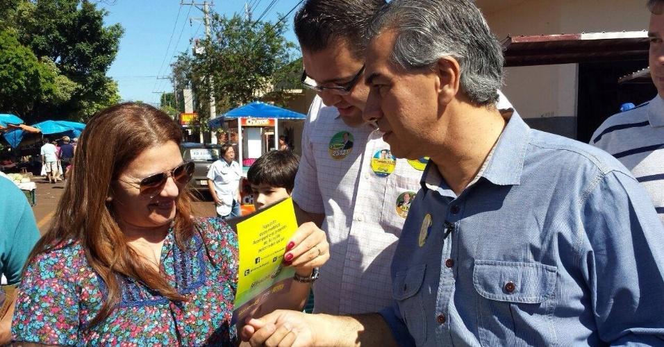 21.set.2014 - Reinaldo Azambuja, candidato do PSDB ao governo do Mato Grosso do Sul, entrega folheto de campanha para eleitora na Feira Livre da Cuiabá, em Dourados